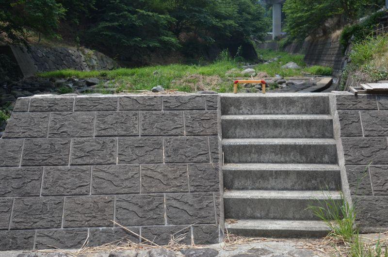 加茂川の駐車場階段