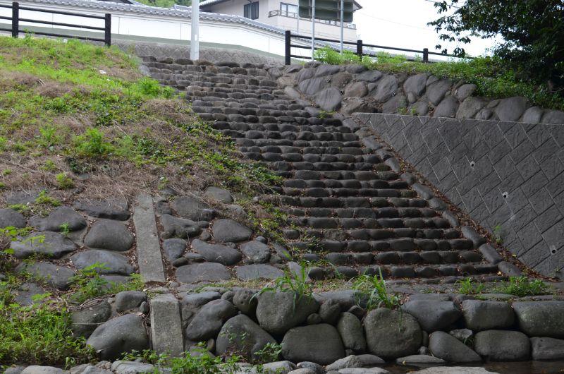 加茂川駐車場手前の階段
