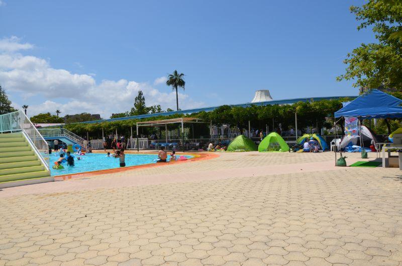かしいかえんプール入り口から右側は人気のテント設置場所