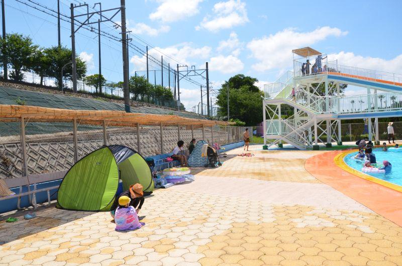 かしいかえんプールベンチの前にテント設置