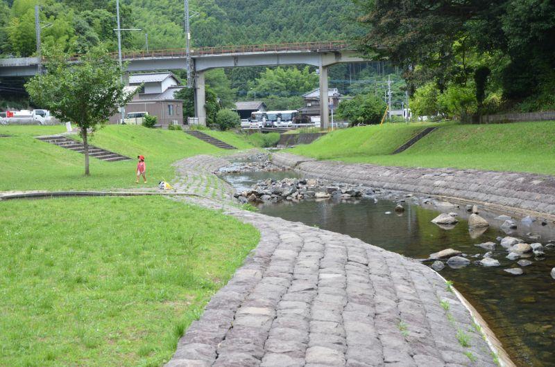 鳴淵ダム清流公園で川遊び