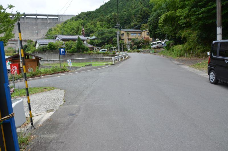 鳴淵ダム駐車場は左折