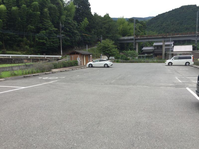 鳴淵ダム駐車場は20台ほど収容可能