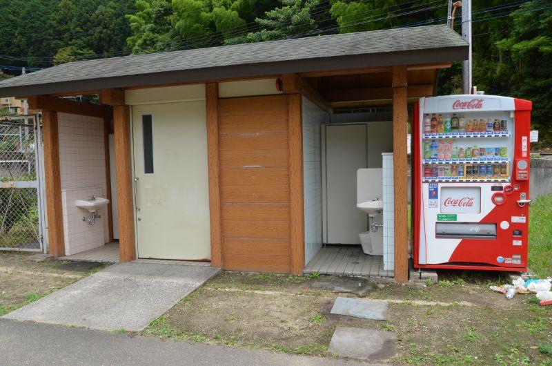 鳴淵ダム駐車場内のトイレと自販機
