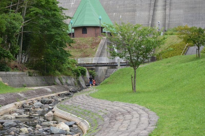 鳴淵ダム上流は石が多い