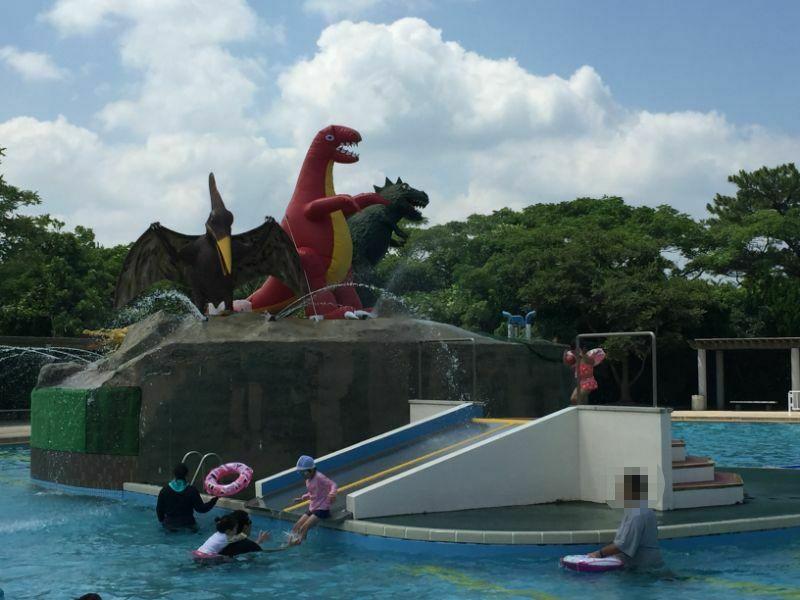 恐竜プールのすべり台