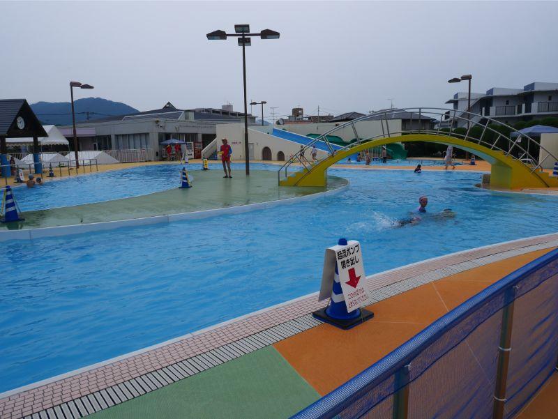 太宰府市民プールの流れるプールは小学生に大人気