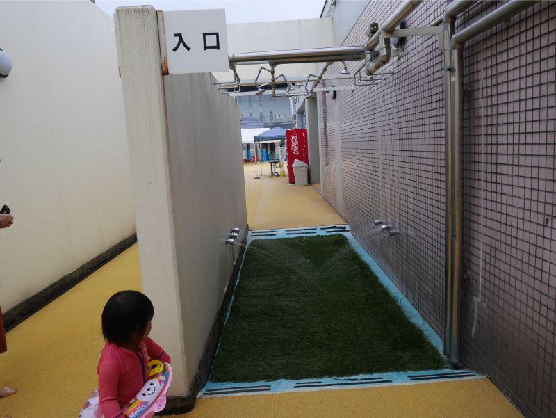 太宰府市民プール入り口のシャワー