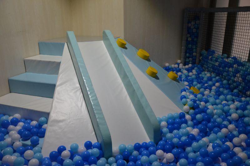 ジャイアントスタジアムのボールプール内の滑り台