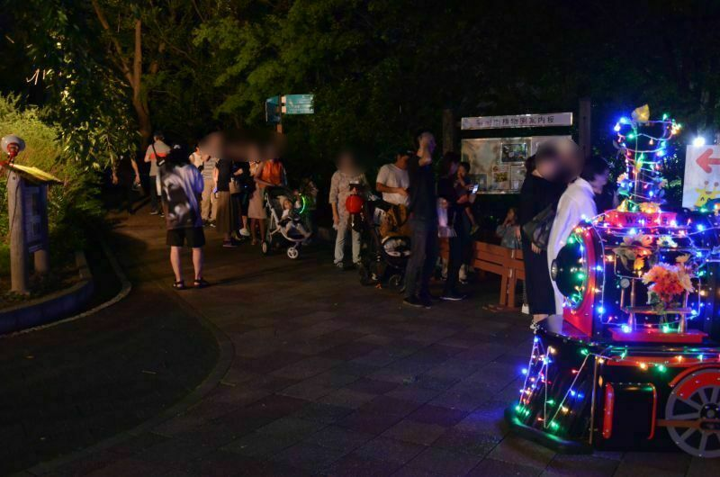 福岡市夜の動植物園のナイトトレインの行列