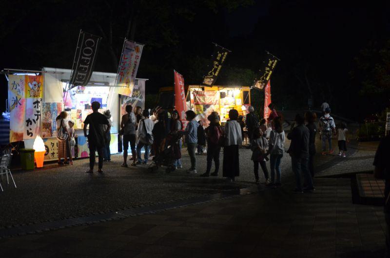 福岡市夜の動植物園のキッチンカーの行列