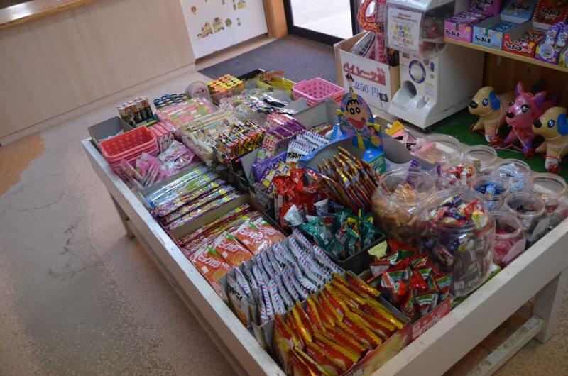 神野公園こども遊園地の売店には駄菓子がいっぱい